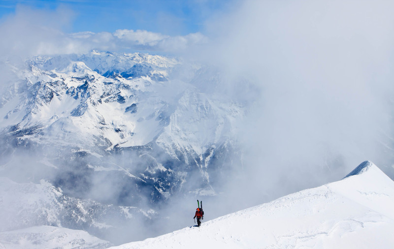 Ski mountaineer on the summit ridge of Piz Palü (3901 m) in the Bernina range, Switzerland (keywords: alpen, alps, berg, berge, bergsteiger, bernina, kletterer, leute, person, piz palü, schweiz, skitour, switzerland, wolke, wolken, alpinist, climber, clouds, mountain, mountaineer, mountains, people, ridge, ski tour, skiing, snow, swiss, piz pal)