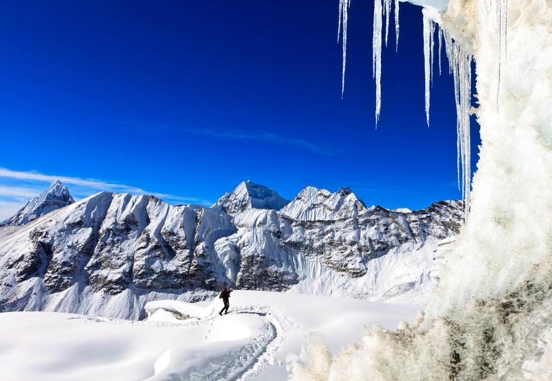 Climber ascending Amphulapcha Pass with Peak 41 in the background (keywords: amphulapcha, berg, berge, bergsteiger, everest range, himalaya, himalayas, kletterer, leute, nepal, peak 41, person, solukhumbu, alpinist, climber, glacier, icicle, icicles, mountain, mountaineer, mountains, pass, people, serac, seracs, snow)